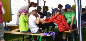 Burzelbacher Stadtrat: Kinder sitzen unter einem Zelt