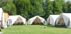 Weiße Zelte der Kinderspielstadt auf einer grünen Wiese