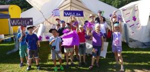 Die WG Lila: Kinder halten Schilder mit dieser Aufschrift in die Höhe und tragen lila Kleidung.