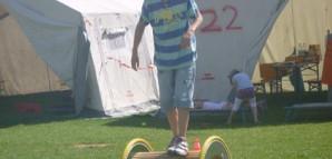 Ein Junge läuft auf einer Lauftrommel