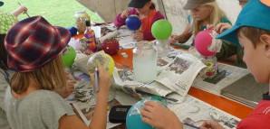 Kreativ Werkstatt: Kinder erstellen Basteleien aus Pappmaché