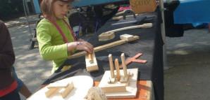 Ein Mädchen bastelt mit Holz