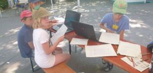 In der Presse arbeiten Kinder mithilfe von Laptops an der Bubazeitung 2013