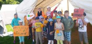 Die Kinder der WG Orange in ihrem Zelt