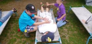 Ein Kind wird im Gesundheitszentrum mit einer Massage behandelt.