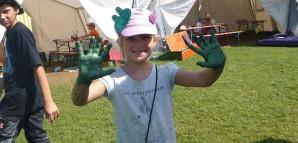 Ein Mädchen mit grün bemalten Händen