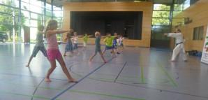 Kinder beim Karatetraining in einer Turnhalle