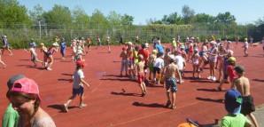 Kinder versammeln sich für eine Wasserschlacht auf dem Sportplatz