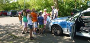 Die Polizei besucht Burzelbach mit einem Polizeiauto