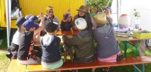 Der Stadtrat bei Rat & Tat: Kinder sitzen in einem Zelt und führen per Handzeichen eine Abstimmung durch.