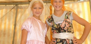 Zwei Mädchen verkleiden sich für eine Theatervorführung und binden sich dazu bunte Tücher um den Kopf.