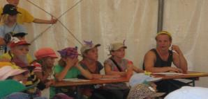 Die Jury bei der Talentshow in Burzelbach: Kinder sitzen neben einer Mitarbeiterin am Tisch