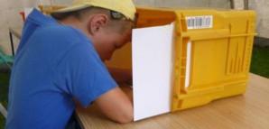 Geheime Bürgermeisterwahl: Als Sichtschutz dient eine Box.