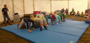 Kinder turnen auf Gymnastikmatten
