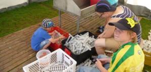 Kinder bereiten große Spritzen für eine Wasserschlacht vor.
