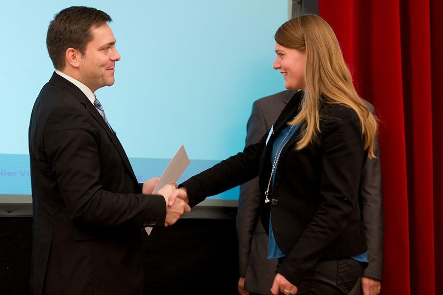 Ausbildungsleiterin Theresa Siegler nimmt den zweiten Preis entgegen