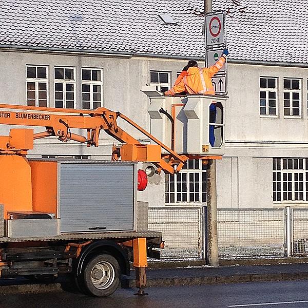 Die Technischen Betriebsdienste Reutlingen bringen die neuen Umweltzonen-Schilder an
