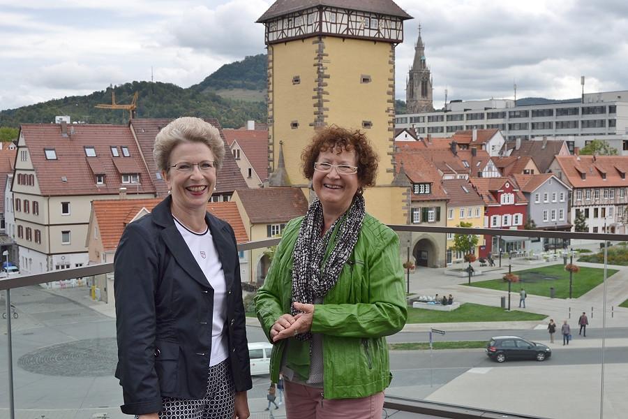 Oberbürgermeisterin Barbara Bosch und Gerlinde Kretschmann in Reutlingen  auf dem Balkon der Stadthalle