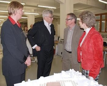 Bei der Ausstellungseröffnung am 14.4.2008 - Von links: Erste Bürgermeisterin Ulrike Hotz, Max Dudler, Prof. Arno Lederer und Oberbürgermeisterin Barbara Bosch