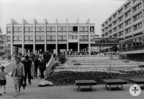 """Von der Möglichkeit, das Rathaus am Freitagnachmittag sowie am Samstag, 23.4.66 und Sonntag 24.4.66 zu besichtigen, machten ganze """"Menschenmassen"""" Gebrauch."""