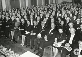 Festakt im Matthäus-Alber-Haus am 22.4.1966 - Rechts am Bildrand ist Architekt Tiedje mit Gattin zu sehen. Rechts neben Oskar Kalbfell sitzt Innenminister Filbinger.