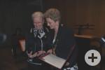 Margret Grimm und Oberbürgermeisterin Barbara Bosch bei der Verleihung
