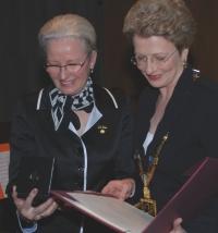 Margret Grimm und Oberbürgermeisterin Barbara Bosch