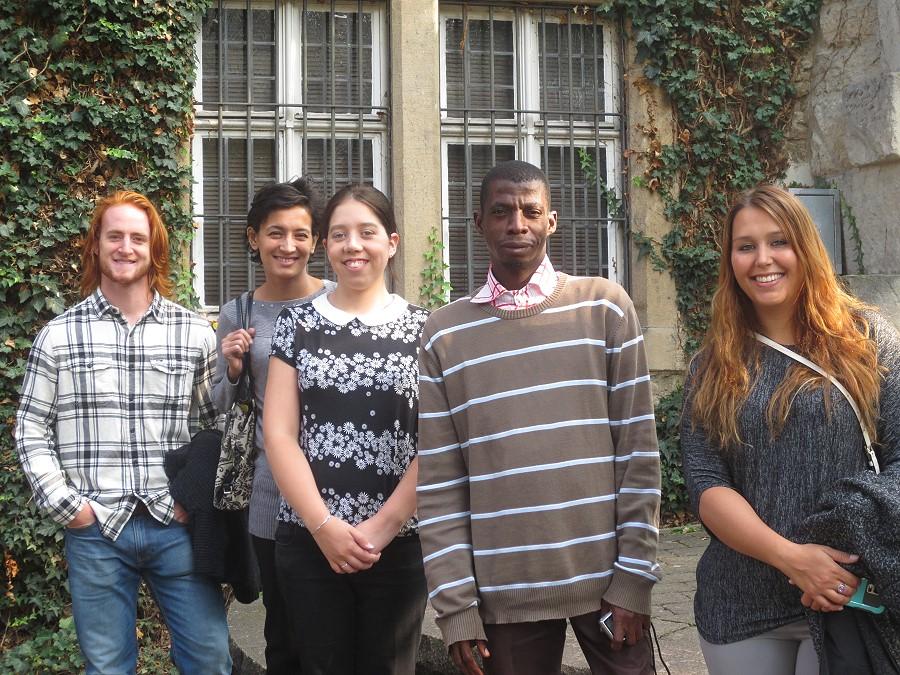 Ryan Sweed, Saodat Sadiewa, Joanne Rogers, Hyacinthe K. N'Goran und Allison Rohrbach vor dem Heimatmuseum