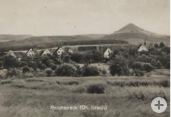 Eine Postkarte der 1930er-Jahre zeigt Reicheneck als Dorf zwischen wogenden Getreidefeldern und den Umrissen der Achalm. StadtA Rt., S 103 Nr. 2275