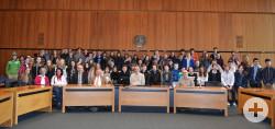 Die Gäste aus Roanne mit ihren Austauschpartnern im großen Sitzungssaal des Reutlinger Rathauses