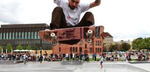Skater vollführt Trick