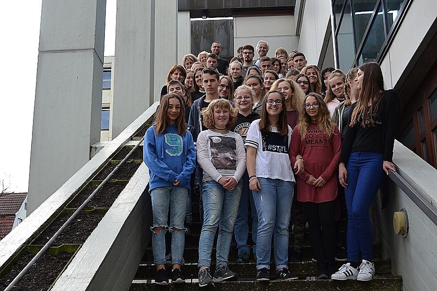 Schülerinnen und Schüler der Kassai- und der Riszi-Schule auf der Freitreppe des Rathauses