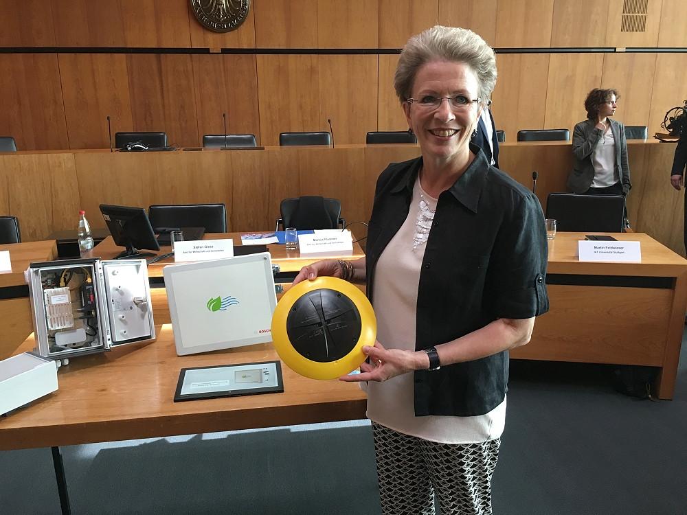 Oberbürgermeisterin Barbara Bosch mit einem Parksensor
