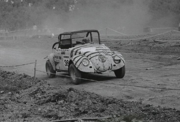 VW-Käfer Limousine mit abgeschnittenem Dach und Überrollkäfig