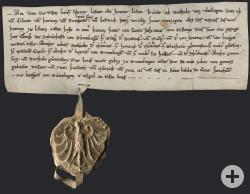 Reutlingen im Jahr 1292: Berthold von Überlingen verzichtet gegenüber dem Stift St. Johann zu Konstanz auf alle Ansprüche an seinem Hof zu Beuren. Unter den Urkundszeugen des Rechtsgeschäfts erscheint erstmals ein Bürgermeister. (Foto: Landesarchiv KA)