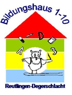 Das Logo des Bildungshauses zeigt ein Haus in blau, gelb und grün mit rotem Dach, in dem eine Eule mit Schulutensilien jongliert.