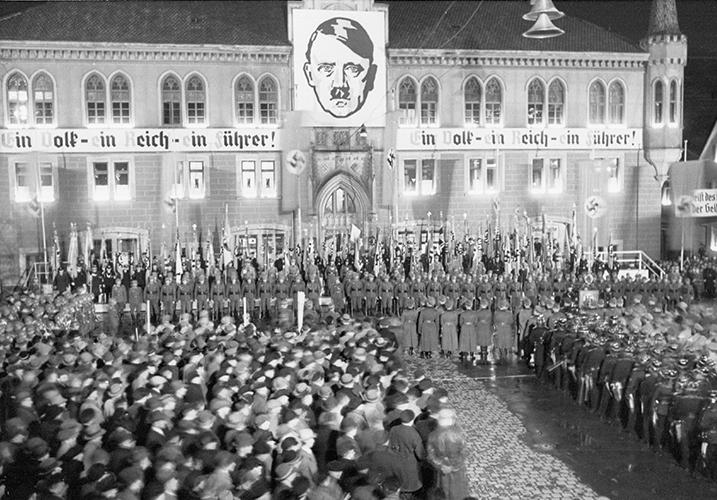 Nationalsozialismus vor dem Rathaus