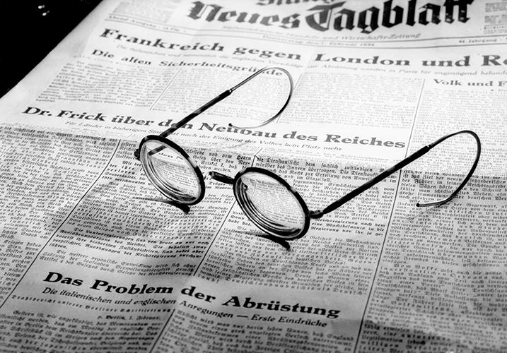 Stillleben Zeitung und Brille