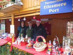 Der Stand der englischen Partnerstadt Ellesmere Port auf dem Reutlinger Weihnachtsmarkt.
