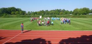 Eindrücke von der Olympiade: Kinder auf dem Sportplatz