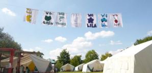 Die Flaggen der verschiedenen Burzelbach-WGs hängen an einer Leine