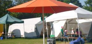 Der Marktplatz: Ein Sonnenschirm inmitten der Zelte