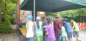 Kinder stehen vor dem Kaufhaus-Zelt