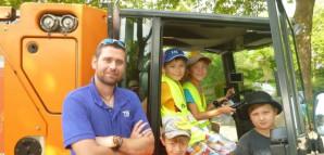 Ein TBR-Mitarbeiter besucht die Kinderspielstadt mit einem TBR-Fahrzeug