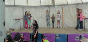 Kinder präsentieren eine Theateraufführung