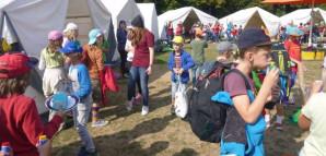 Viele Kinder vor den Zelten der Kinderspielstadt