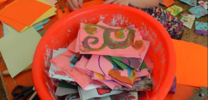 Behälter mit bunten Malereien