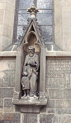 Die Nikolaus-Skulptur des Bildhauers Karl Wolter aus dem Jahr 1914 stellt den Namenspatron der Kirche als Helfer eines notleidenden Kindes dar. Stadtarchiv Reutlingen, S 106 Nr. 08B0082