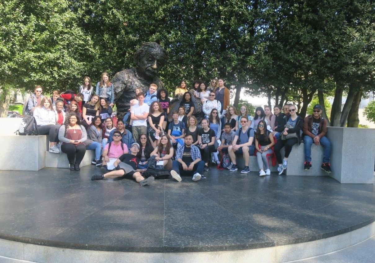 Amerikanische und deutsche Schülerinnen und Schüler vor dem Albert Einstein Memorial in Washington D.C.