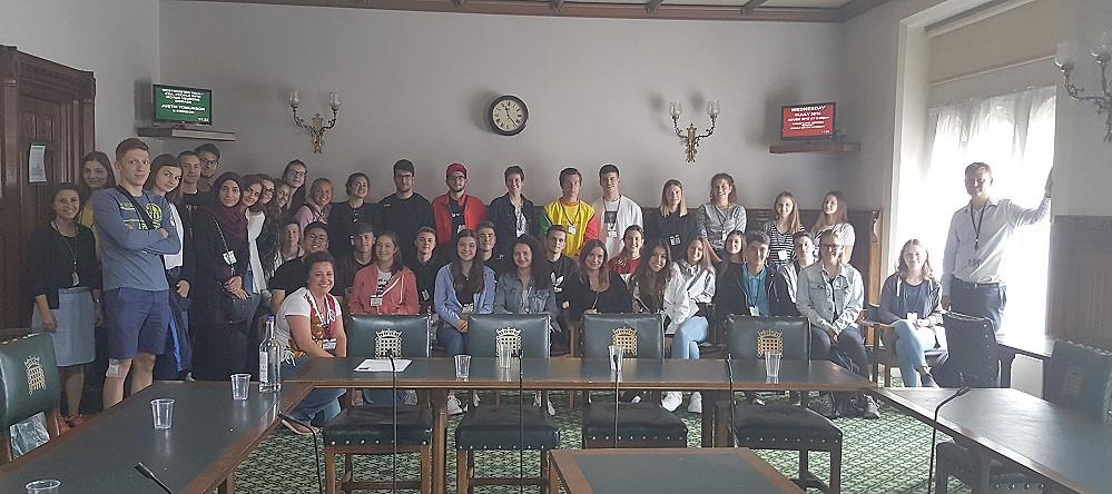Reutlinger Schüler treffen den Abgeordneten von Ellesmere Port in London
